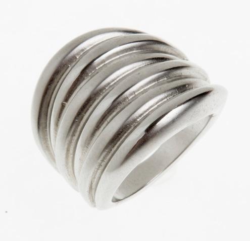 Paris Bijoux: anel prata em forma de argolas (R$ 12,58)