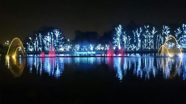 Luzes no parque Ibirapuera atrai paulistanos da cidade para assistirem a apresentção