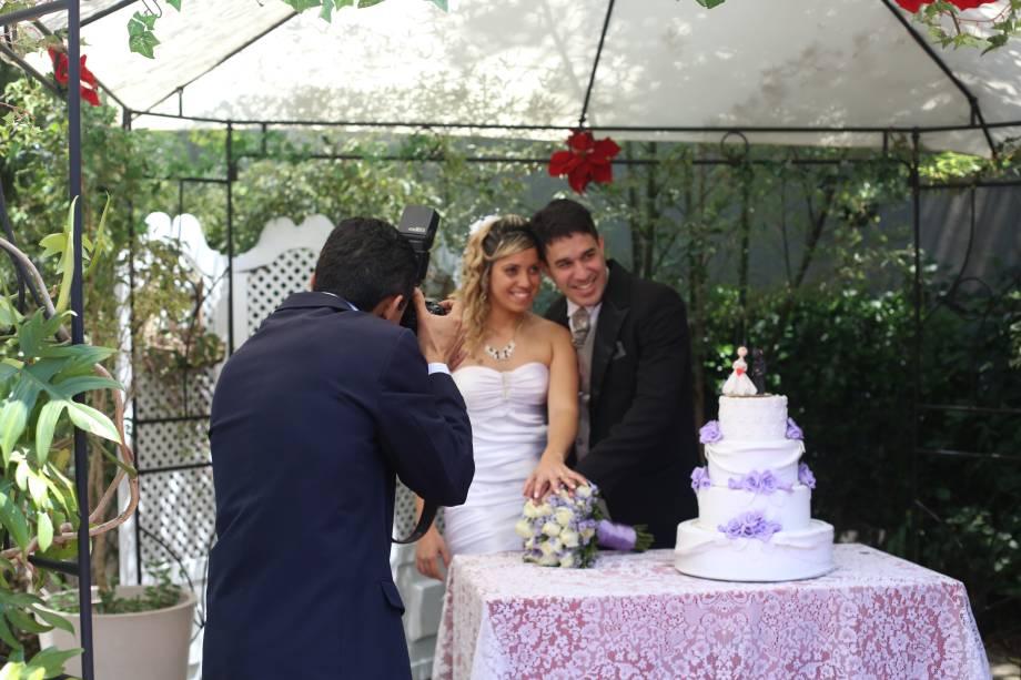 Do lado de fora, um bolo cenográfico fica à disposição de quem quiser tirar fotos tradicionais