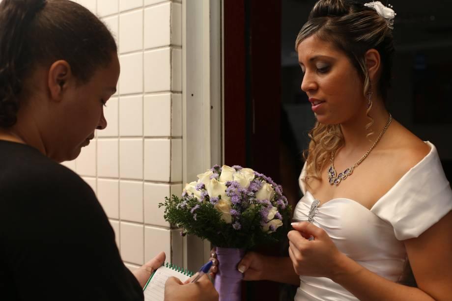 A noiva Elaine escolhe as músicas que serão tocadasdurante a cerimônia