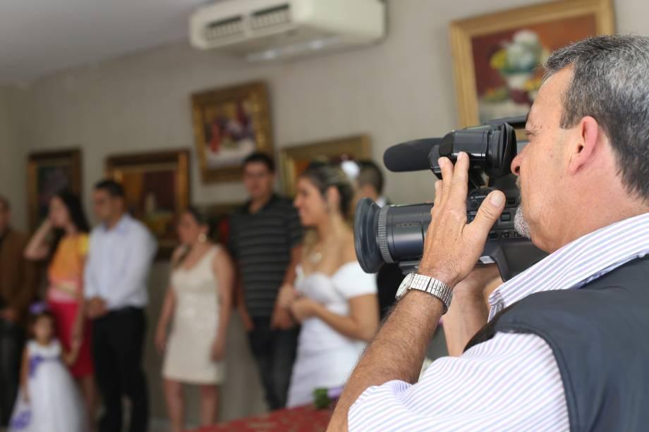 Um cinegrafista e um fotógrafo acompanham as cerimônias
