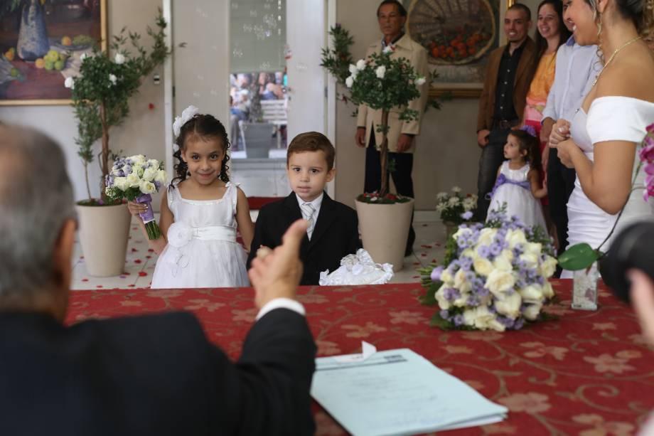 Assim como nos casamentos tradicionais, caso os noivos queiram, pode-se ter pajem, dama e até florista