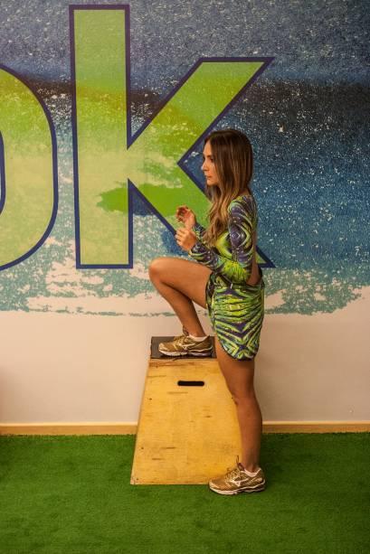 Exercício na caixa: deixe uma perna apoiada na caixa ou degrau. Quanto menor a angulação do quadril, maior solicitação do glúteo. Quatro séries de dez repetições com cada perna. Trabalha coxas e glúteos.