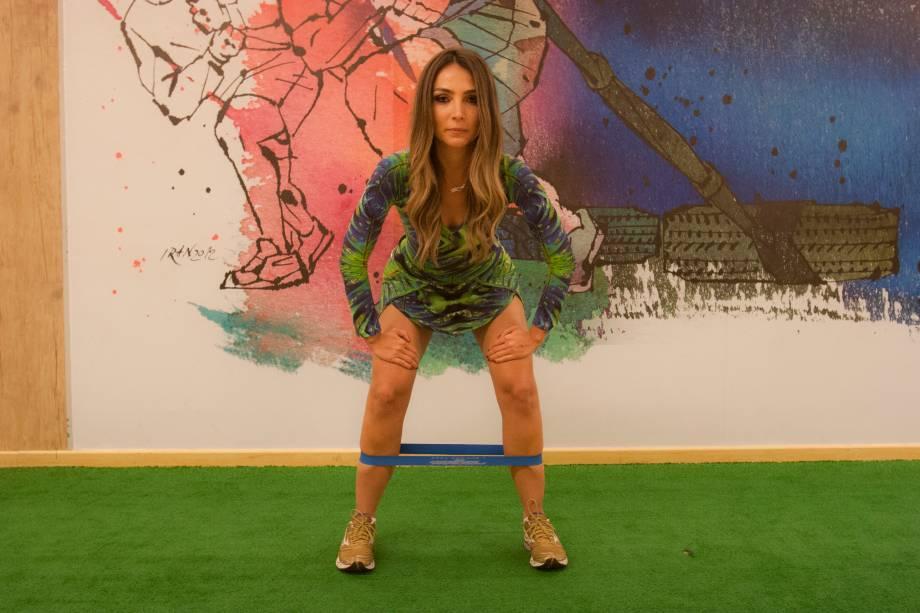 Elástico na perna (Rubber Band): mantenha o tronco levemente inclinado e joelhos semi-flexionados. Três repetições de cinco passos laterais para a direita e para a esquerda, sem pausa. Trabalha a musculatura principal envolvida nos glúteos médios e abdutores da coxa.
