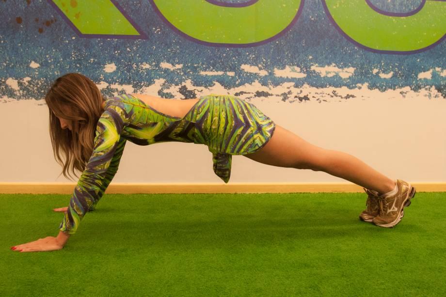 Flexão de braço: mantenha os braços afastados e a coluna ereta. Quatro séries de dez repetições. Trabalha peitoral médio,tríceps e ombro.