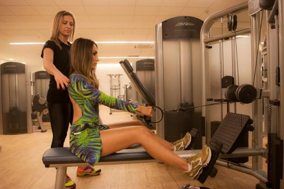 Remada sentado no aparelho: mantenha a coluna reta e faça o movimento de remo. Três séries de doze repetições. Trabalha dorsais e bíceps