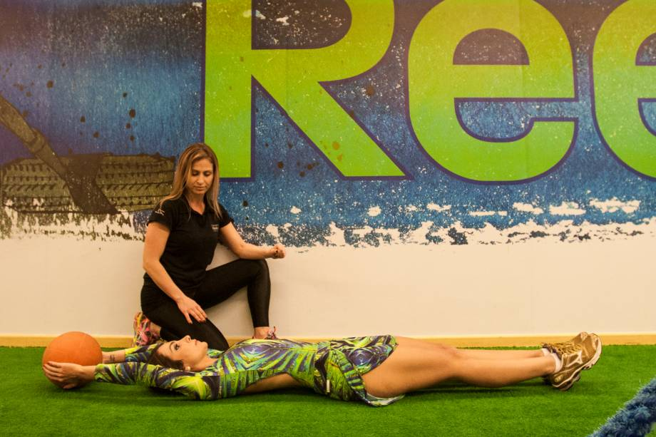 Abdominal com bola: usando um peso, eleve os braços para trás e deixe as pernas esticadas. Quatro séries de vinte repetições.