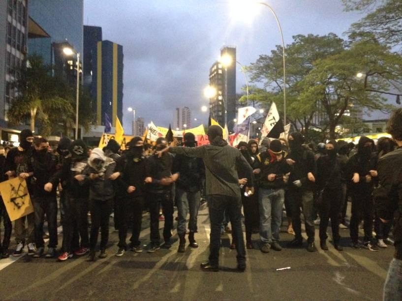 Manifestantes seguem para o Palácio dos Bandeirantes