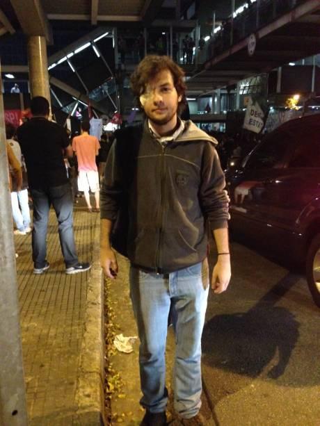O estudante Vitor Araújo também está no ato. Ele ficou cego após ser atingido por uma bomba de efeito moral em setembro