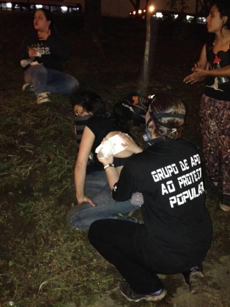 A estudante Laila foi atingida por uma bomba de gás em manifestação na Marginal Pinheiros - grupos de apoio ajudam