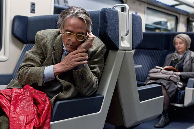 Night-Train-To-Lisbon -Um professor de latim (Jeremy Irons), quemora na Suíça, encontra o livro de umautor português e decide ir a Lisboa paradescobrir a identidade do escritor. A direçãoé de Bille August (A Casa dos Espíritos).