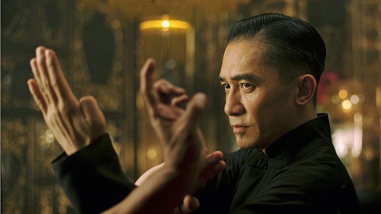 O Grande-Mestre -Representante de Hong Kong na corridapelo Oscar de melhor flme estrangeiro, acinebiografa traz à tona a vida e a carreirade Ip Man, mentor de Bruce Lee. Wong KarWai (Amor à Flor da Pele) é o diretor.