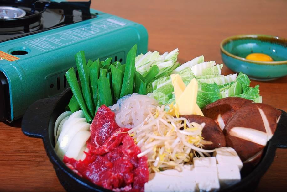 Quem prefere os sabores do Oriente pode ir de Sukiyaki, prato típico japonês servido noSushi Kiyo