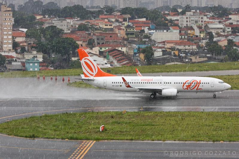 Avião pousando na chuva, por Rodrigo Cozzato