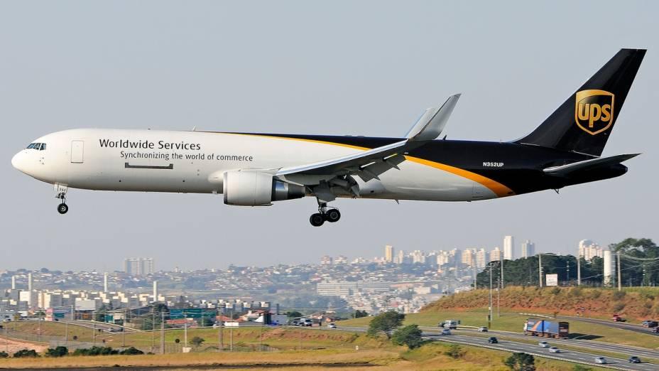 Sobrevoo de avião cargueiro no aeroporto de Viracopos, em Campinas