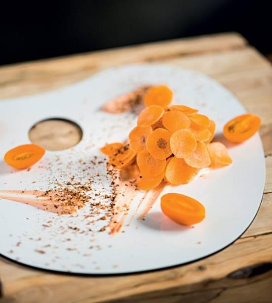 Ema: quibe cru de salmão coberto de cenoura