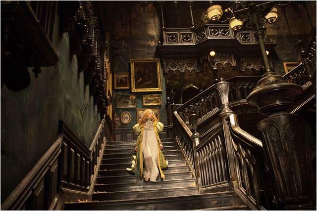 A Colina Escarlate: Edith apaixona-se pelo Sir Thomas e muda-se para sua sombria mansão