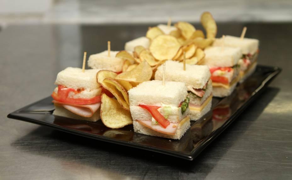 Club sanduíche, oito bocaditos de pão de forma, servido no HSBC Brasil (R$ 38,00)