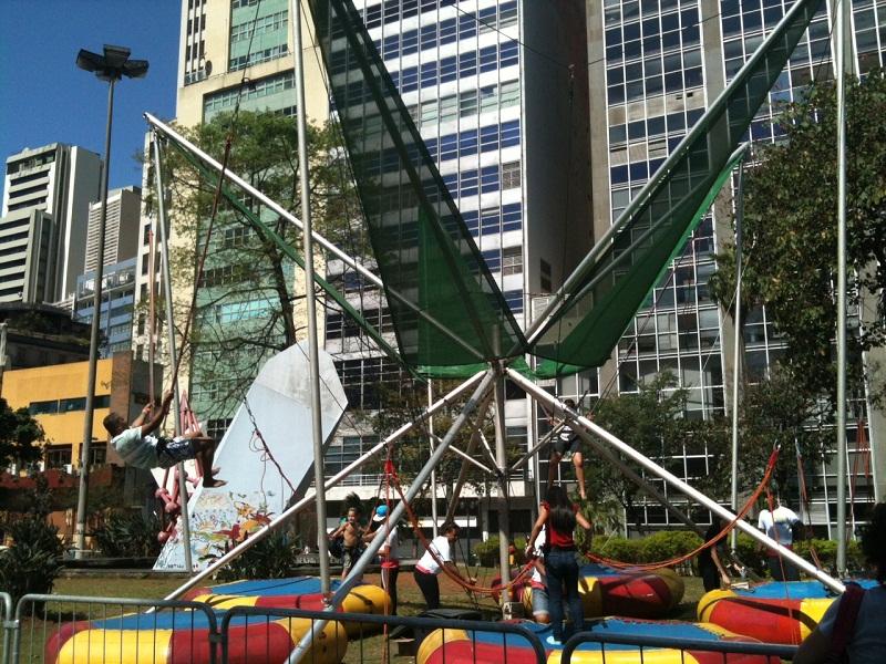 Cama elástica para crianças e adultos é uma das atrações da Virada Esportiva do Anhangabaú