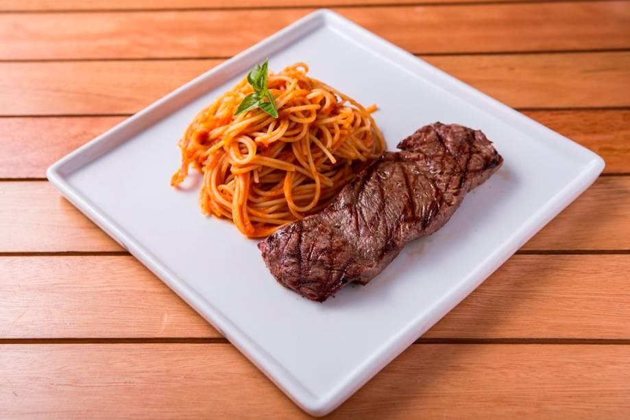 O espaguete de quinoa ao molho de tomate com steak de filé-mignon é uma das receitas com carne orgânica