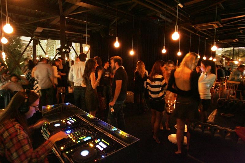Na agitada pistinha do último piso, DJs tocam pop e eletrônico de quinta a sábado