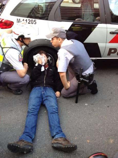 Manifestante atingido por bala de borracha é socorrido por policiais