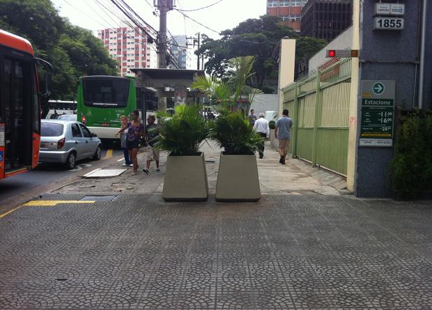 Rua Vergueiro, na altura do número 1855: vasos de plantas de um prédio são obstáculo para os transeuntes