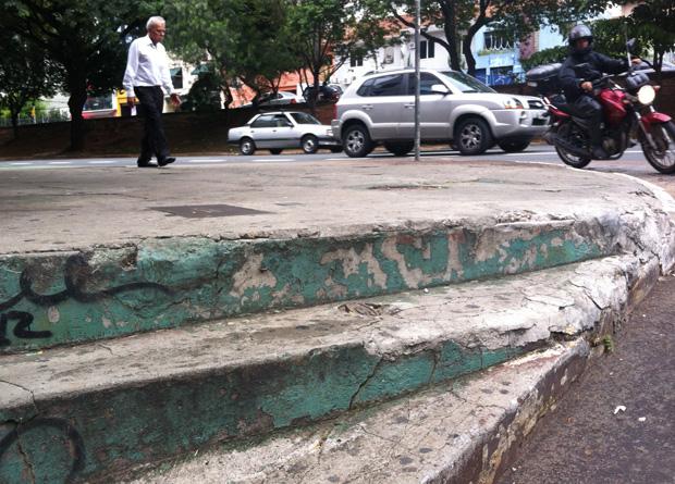 Rua Vergueiro, na altura do número 1903: degraus altos em uma esquina