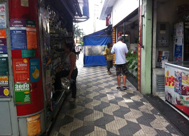Rua Vergueiro, na altura do número 2209: toldo de restaurante e banca de jornal obrigam o pedestre a realizar um ziguezague