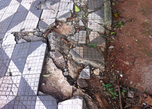 Rua Vergueiro, na altura do número 2765: calçada quebrada destruiu o mosaico com o mapa do estado de São Paulo