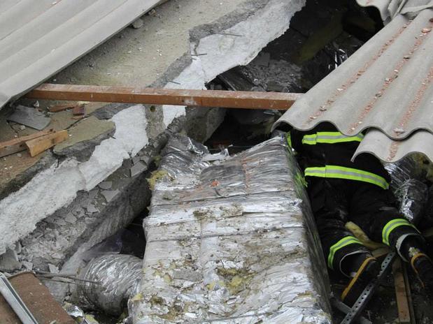 Bombeiros procuram vítimas sob os escombros