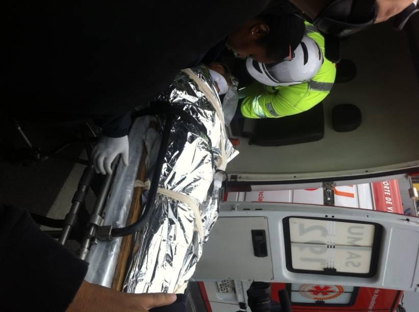 Bombeiros encaminham vítima para o hospital