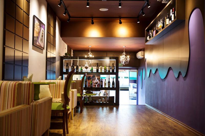 No salão, o ambiente mescla referências ao mundo do chocolate e do vinho