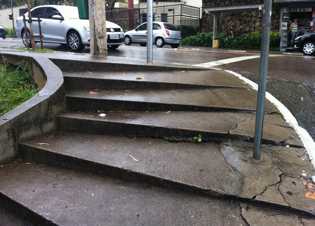 Rua Vergueiro, na altura do número 4240: sequência de degraus inclinados em uma esquina