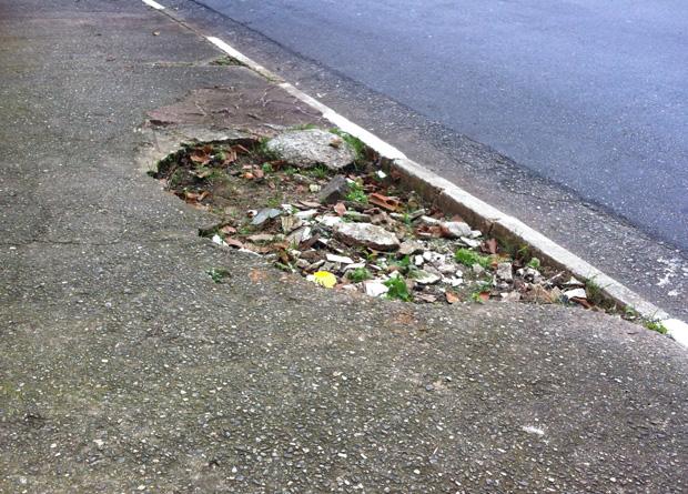 Rua Vergueiro, na altura do número 5431: buraco sobre a faixa de serviços, junto à guia da rua