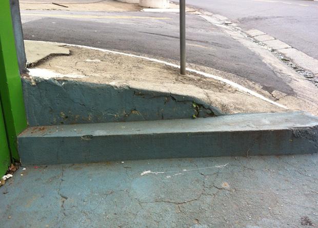 Rua Vergueiro, na altura do número 5487: mais degraus em uma esquina, um deles inclinado, o que dificulta ainda mais para o pedestre
