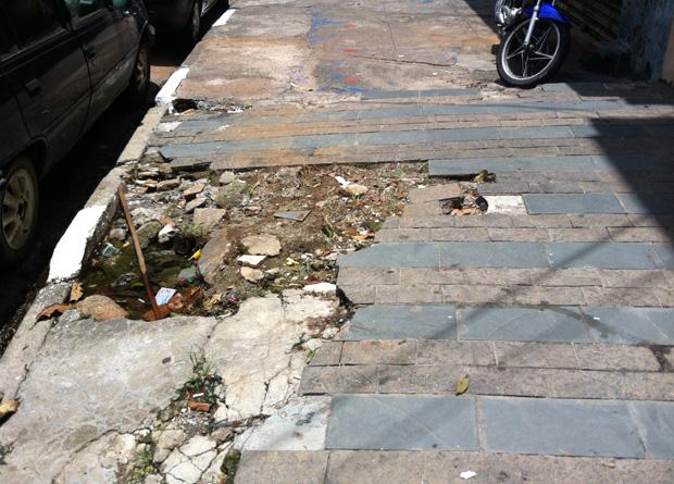 Rua Vergueiro, na altura do número 5659: aqui o buraco é profundo o suficiente para juntar uma poça de água
