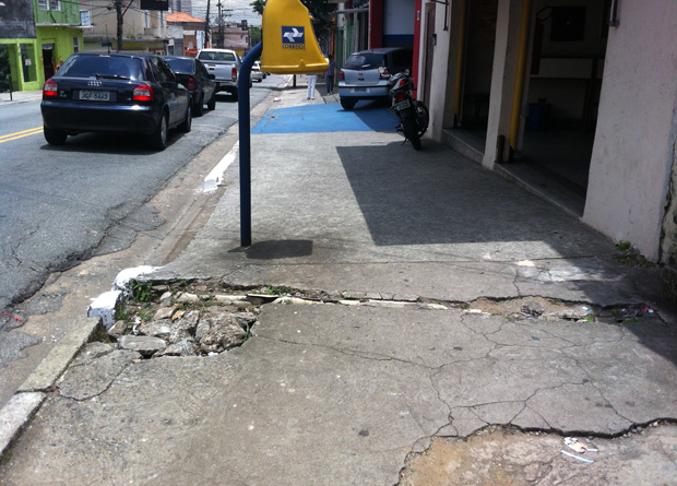Rua Vergueiro, na altura do número 6209: buraco e rachadura no meio do calçamento são uma arapuca para acidentes