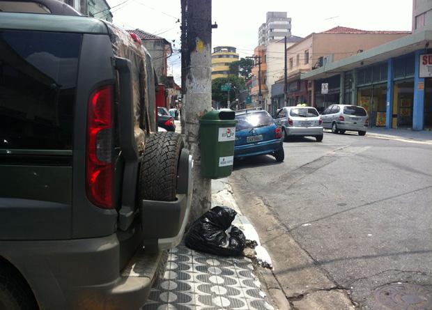 Rua Vergueiro, na altura do número 6612: estacionamento irregular invade a faixa livre para pedestres