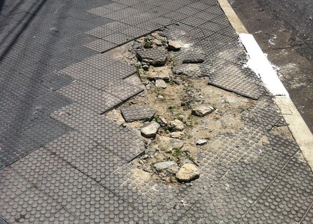 Rua Vergueiro, na altura do número 7703: placas do piso estão quebradas por falta de manutenção