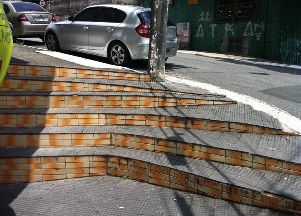 Rua Vergueiro, na altura do número 7703: uma escadaria é o desafio nesta esquina