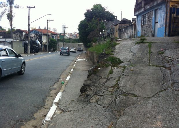 Rua Vergueiro, na altura do número 8250: rampa esdrúxula projeta-se pelo meio do caminho