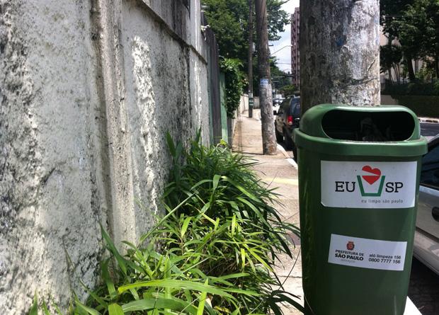 Rua Vergueiro, na altura do número 8936: muro, canteiro e lixeira deixam apenas 30 centímetros para passagem de pedestres
