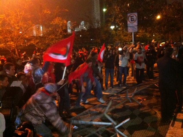 Grupo derruba grades e tenta invadir a Assembleia Legislativa