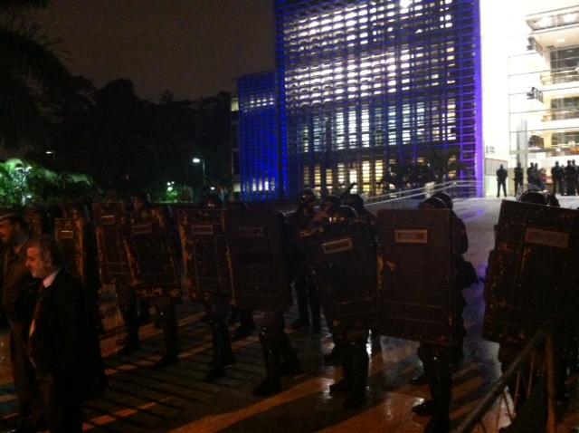 Policiais do Choque entraram em confronto com os manifestantes em frente à Assembleia Legislativa