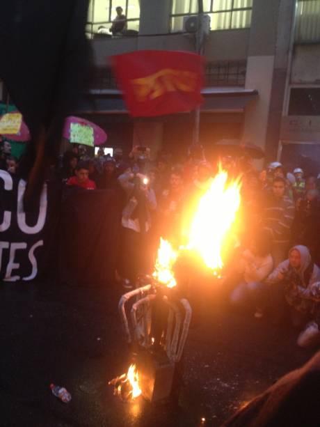 Em frente à Secretaria dos Transportes, os manifestantes atearam fogo em uma catraca de ônibus falsa. O ato segue pacífico