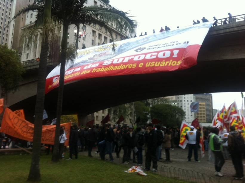O ato conta com a participação de sindicalistas e integrantes de movimentos sociais