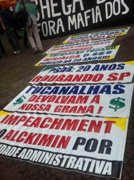 Participantes levam faixas contra o governo