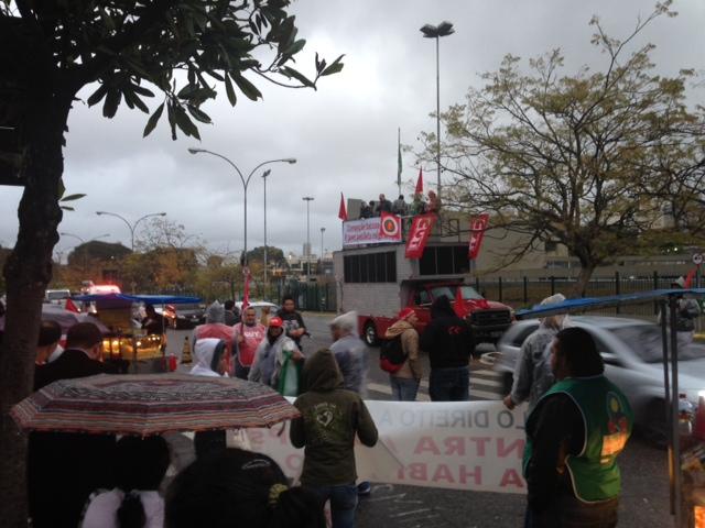 Manifestantes utilizaram um carro de som em frente à Assembleia Legislativa