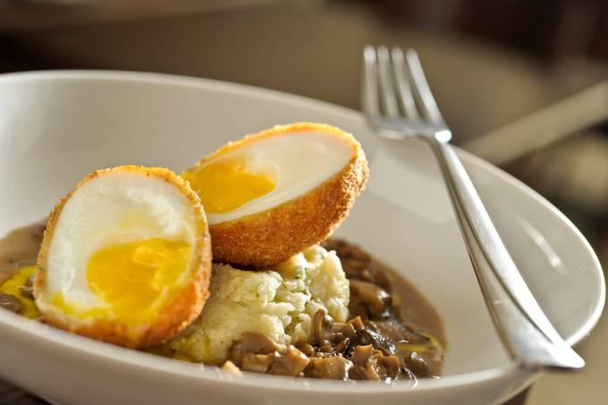 ovo-mollet-empanado-servido-com-pure-de-pupunha-e-molho-de-cogumelos-7.jpeg